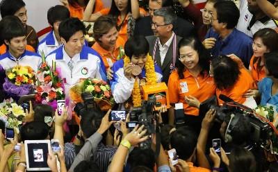 ロンドン五輪 タイのメダリストとインラック首相写真