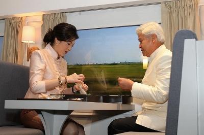 タイ インラック首相画像 駅弁試食画像