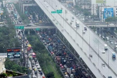 バンコク 交通渋滞にトンネルと高架線