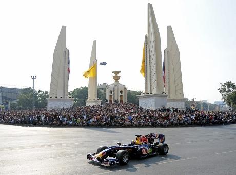 バンコクでのF1レッドブルのデモ走行画像