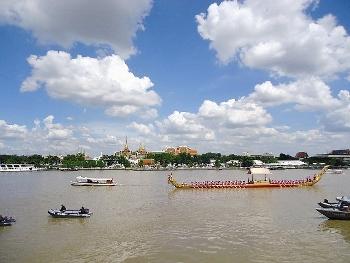 タイ 国王誕生日の御座船写真 チャオプラヤー川