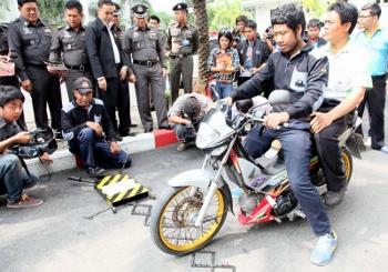 バンコク 警察の暴走族対策 スパイク写真