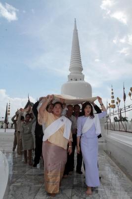 インラック首相 ワットプラマハータートウォラマハータートウィハーン訪問写真