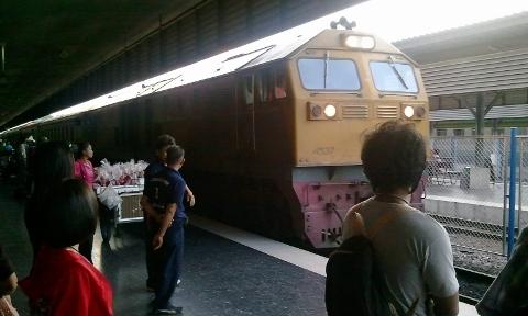 タイ ハジャイ駅ホームに入線画像