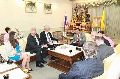 タイ プーケット県知事とイギリス大使写真