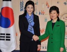 インラック首相と朴韓国大統領握手写真