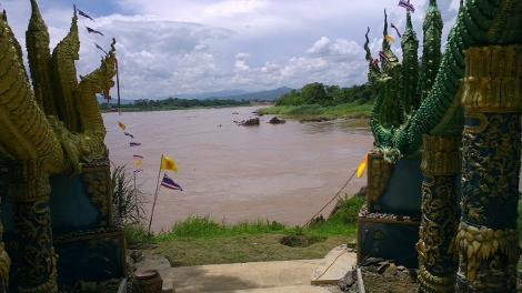 北タイ チェンコンのお寺とメコン河画像