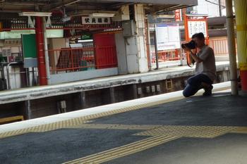 電車を激写する人。