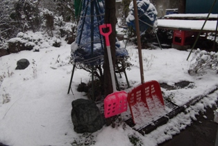 庭に置いてある雪かきの道具