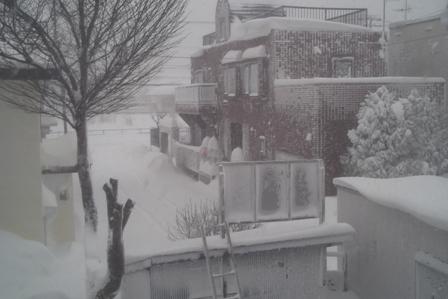どの家の壁にも雪がはりついている