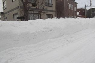 家の前の道路にできた雪の壁