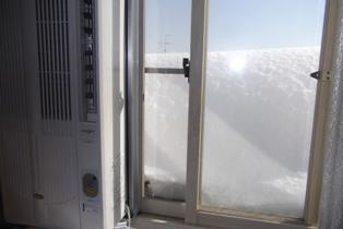 窓のこんな所にまで雪が