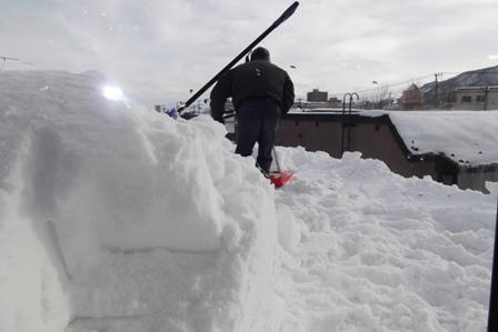 せっせっと雪おろしをするダディ