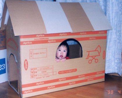 段ボールで作ったお家(マユチャン1歳)