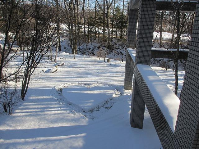 20121229悠心荘の庭の雪でハート (2)