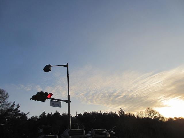 20130108いい感じのスジ雲 (深山交差点)