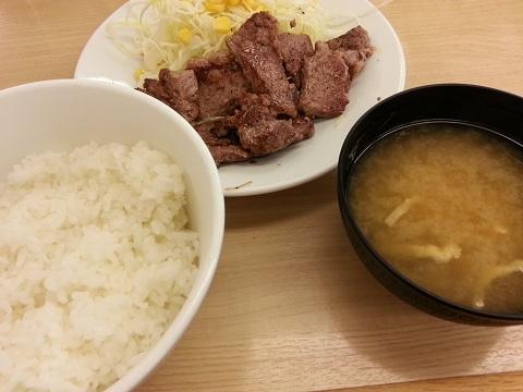 松屋フーズ角切りステーキ定食 (1)