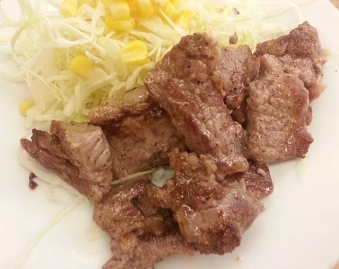 松屋フーズ角切りステーキ定食 (2)