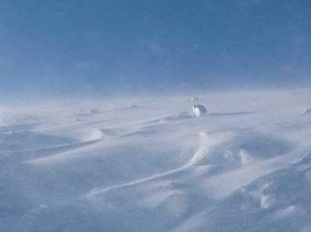 青い空と地吹雪…