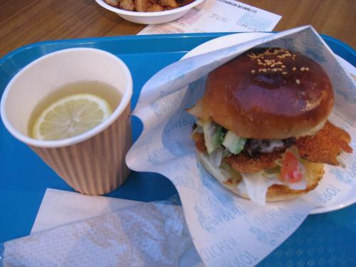 ハンバーガーとホットレモネード♪