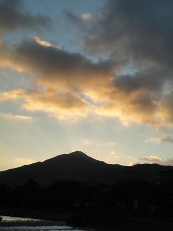東の空と比叡山