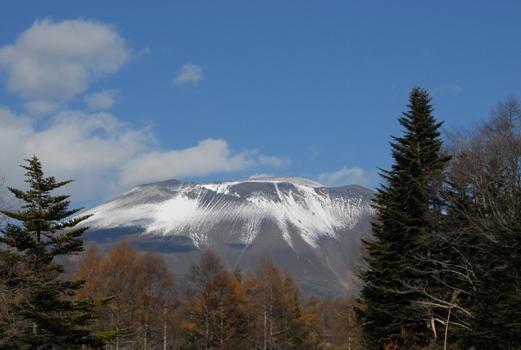 雪をいただく浅間山