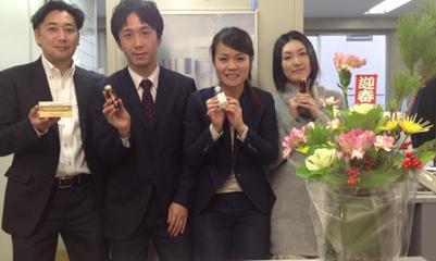 大阪支社のメンバー。商品を手に。