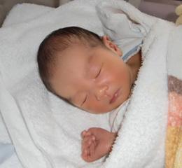 生まれたての赤ちゃんはやっぱりかわいいですね。
