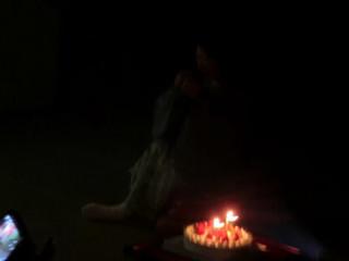 暗闇の中で角谷社長が大泣きをしています。