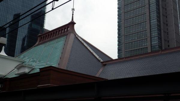 東京駅の一番線から見た駅の屋根