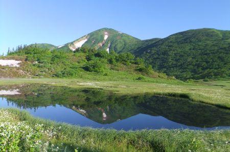 池に写る火打山