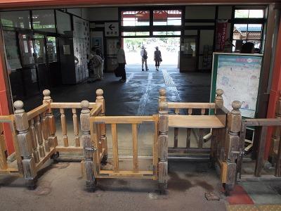 木製の改札口