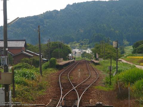 西岸駅を列車から見る