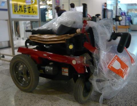 折りたたまれた車椅子