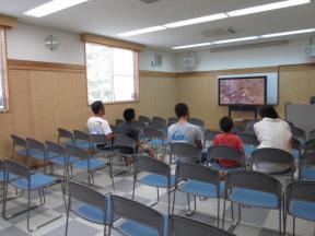 視聴覚室でDVD観賞中