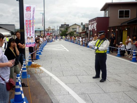 パレードを待つ沿道の人々