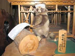 木を切る狸ちゃん
