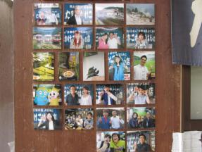 玄関横の来店したタレントさんたちの写真