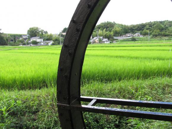 水車越しに見た田舎風景