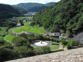 日時計のある公園と集落を見下ろす