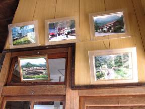 駅舎内に飾られた写真