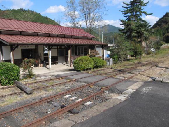 ホームと駅舎の間を通る廃線