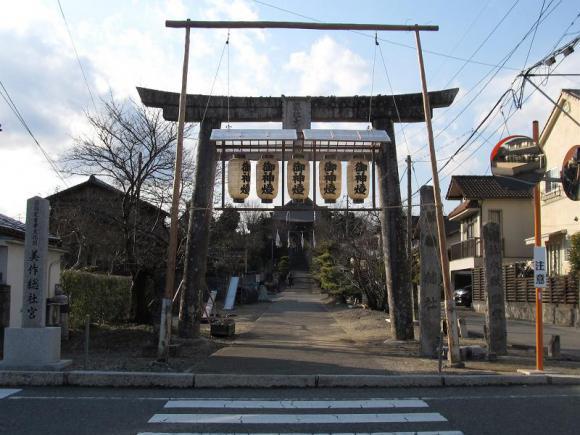 美作総社宮の鳥居から参道を眺める