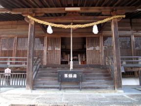 拝殿から本殿までが開け放たれていて本殿内部が見えています