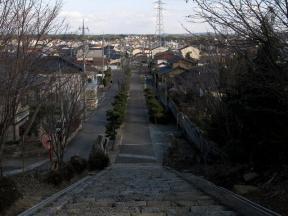境内から津山市街地を眺める