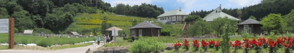 牧場の館に咲くラベンダー