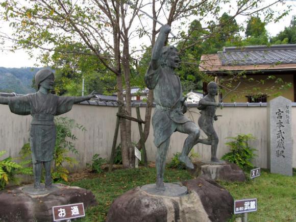 幼少時代の武蔵の像