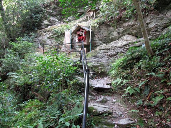 岩肌に祀られている猿神社