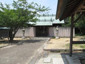 塀に囲まれている五香宮