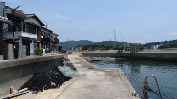 唐琴通りの海岸側を歩く